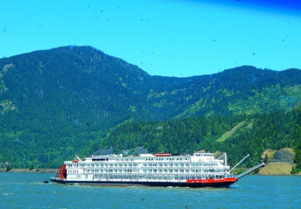The American Empress paddle wheeler churning her way up the Columbia River.