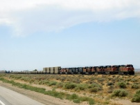 And eastbound freight train near Hinkley, Kalifornistan.